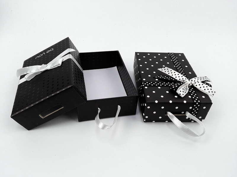 Hot sale lovely paper jewelry box/necklace paper box with ribbon handle made in China